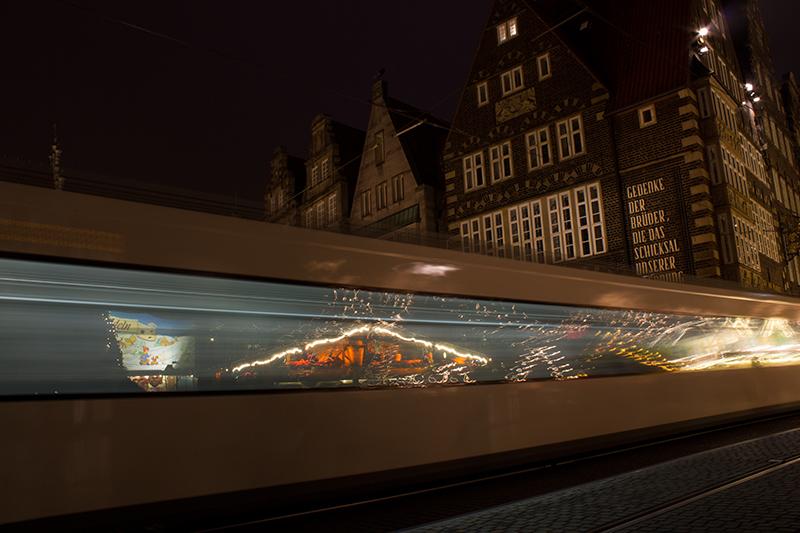 Weihnachtsmarktspiegelung-straßenbahn