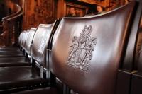 Rathausstühle mit Schlüssel