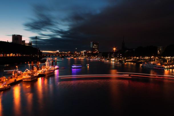 Schiffe erleuchten die Weser