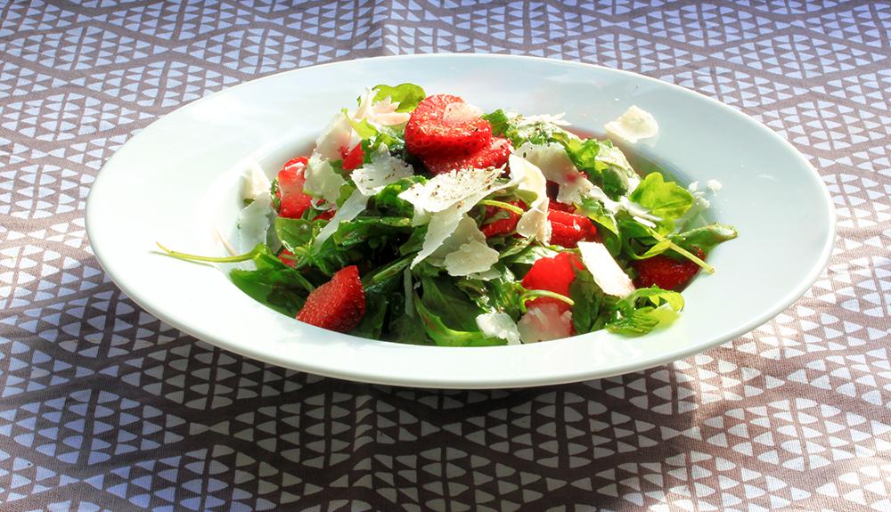 Rucola-Erdbeer-Salat mit Parmesan