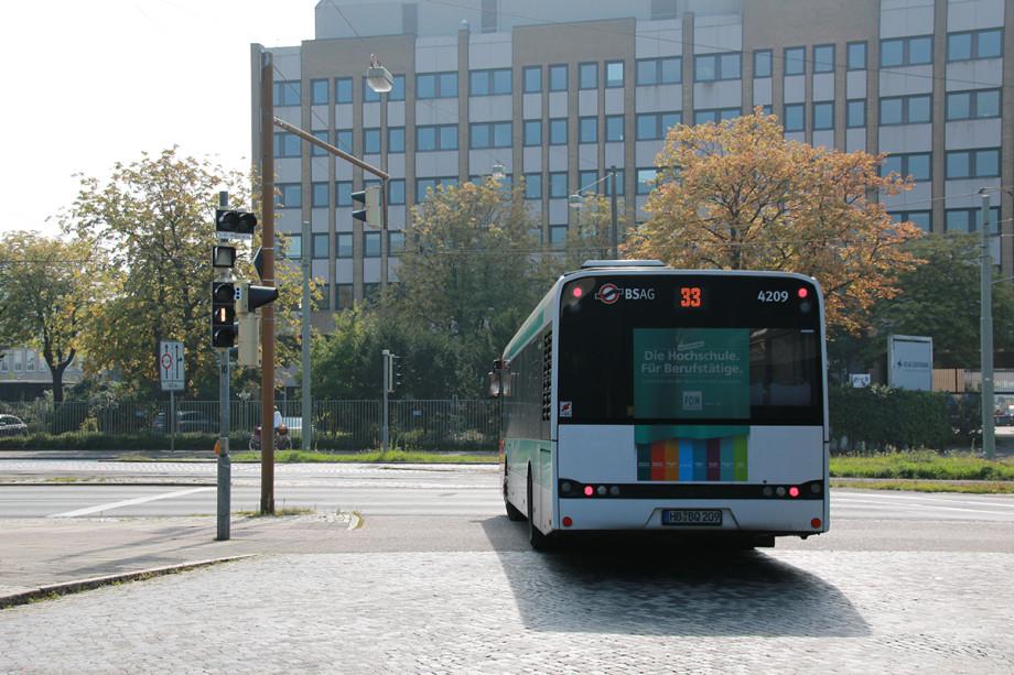 Ein Bus fährt weg