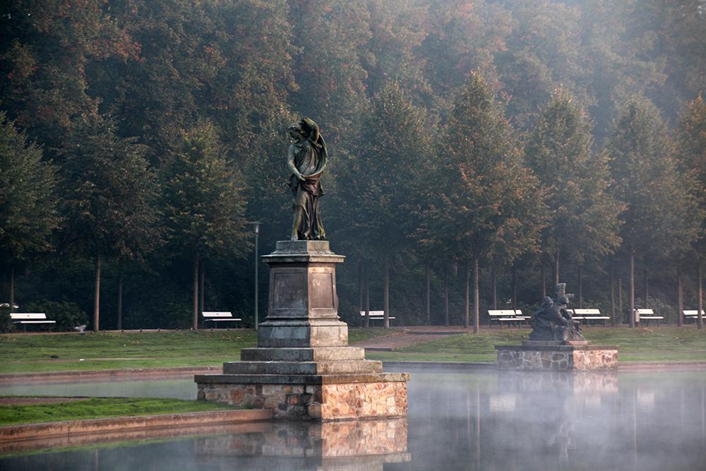 Statue im Nebel am Hollersee