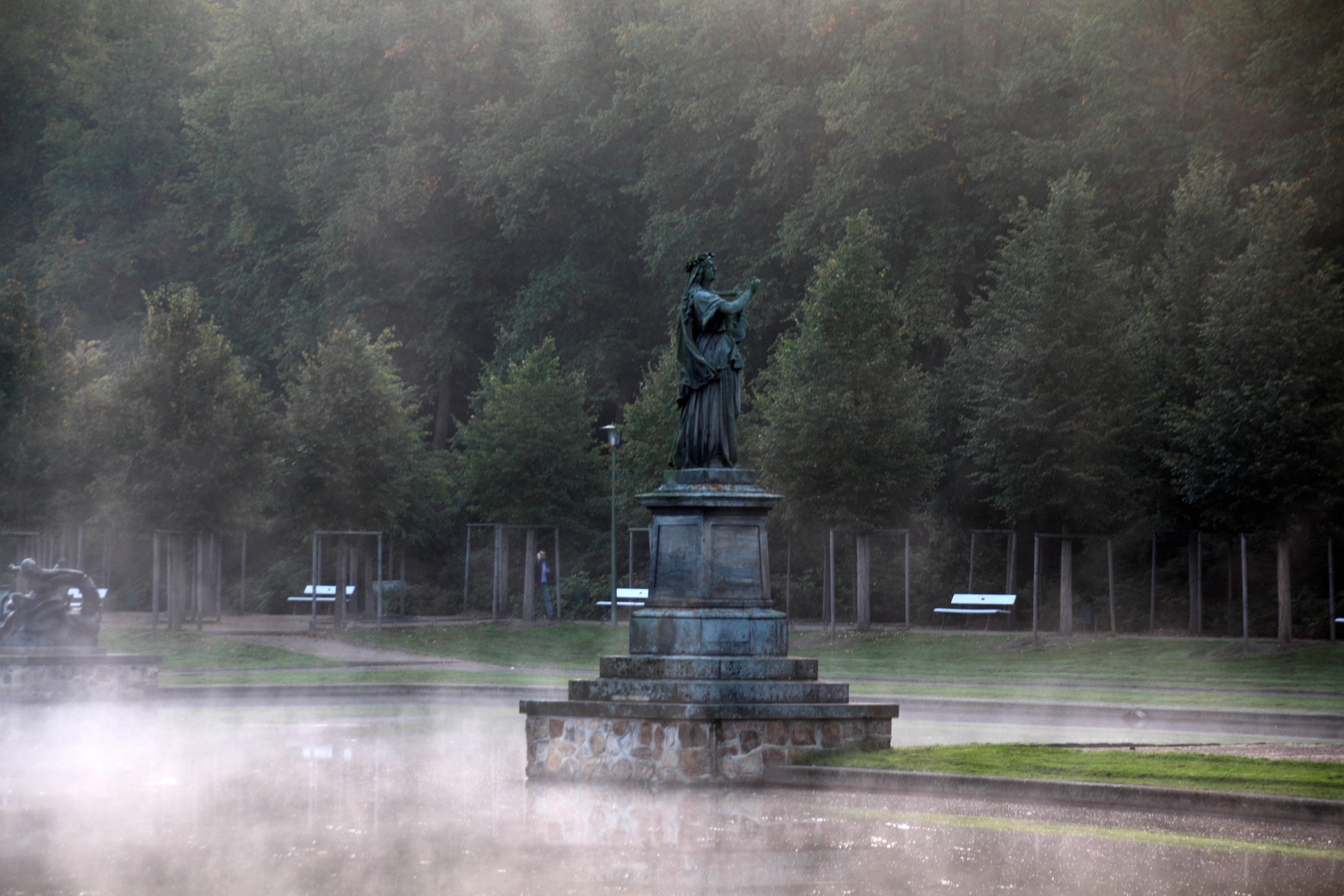 Statue am Hollersee im Nebel