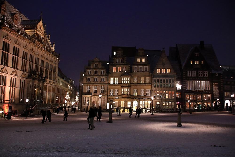 blaue-stunde-schnee-marktplatz-bremen