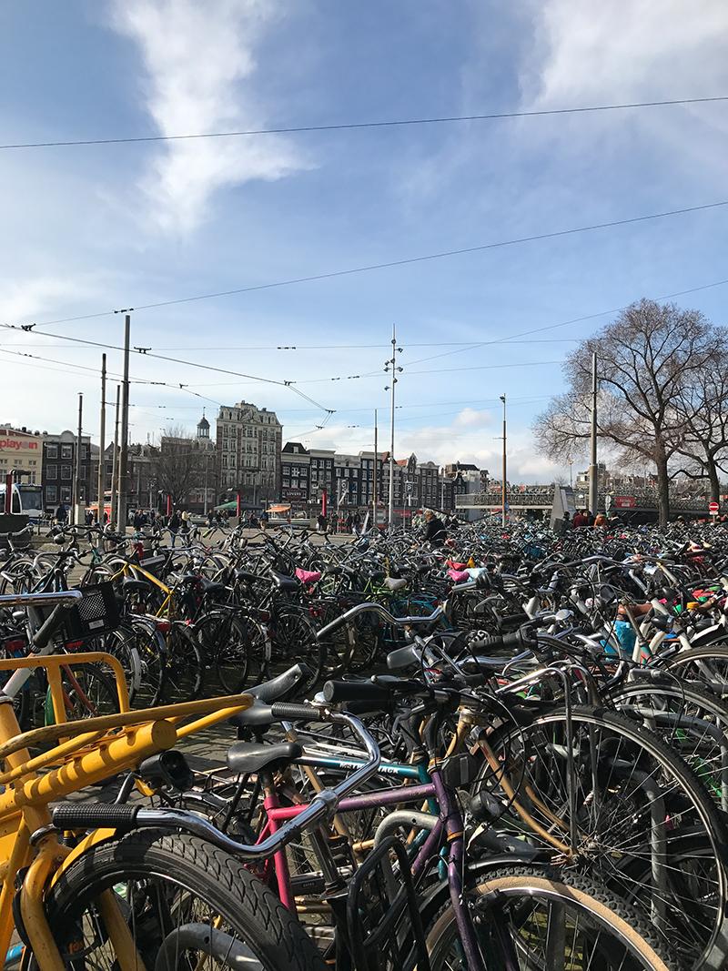 Fahrräder im Bahnhof in Amsterdam