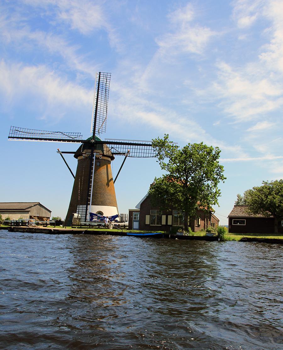 Holland vom Wasser aus, Blick auf eine Windmühle