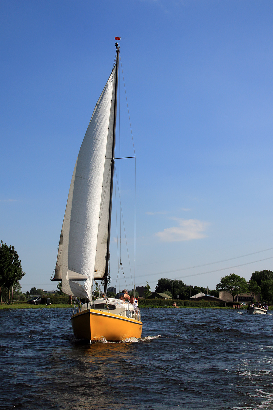 Ein gelbes Segelboot