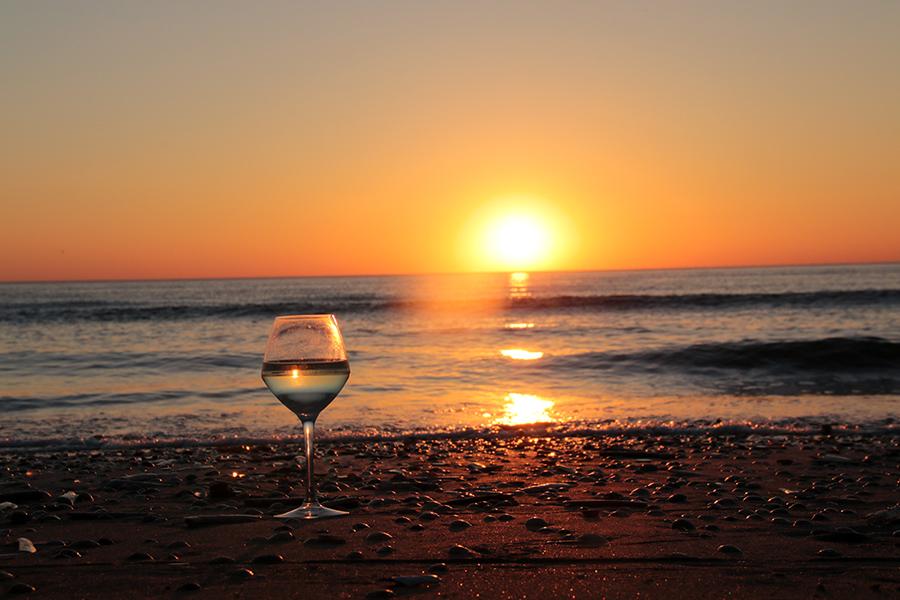 Ein Weinglas im Schein des Sonnenuntergangs